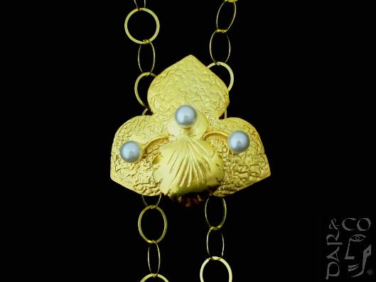 Dije/broche plata 925 bañado en oro y perlas.
